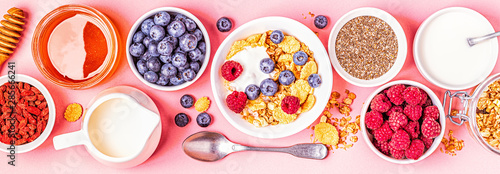 Foto Healthy breakfast, muesli, cereal with fruit.