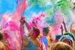canvas print picture - Holi Fest begeisterte Menschen jubeln auf einem Holifestival, tanzen und werfen mit buntem Holipulver
