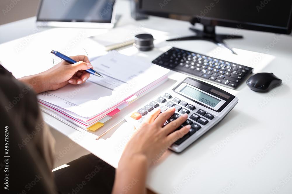 Fototapety, obrazy: Businesswoman Calculating Bill