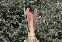 Kopfloser Engel Erhebt Mahnend...
