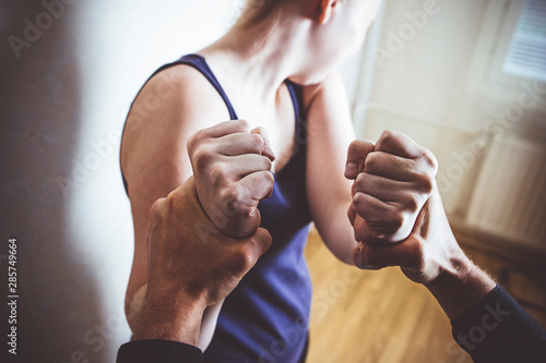 Fotografia Girl trying to escape from domestic violence