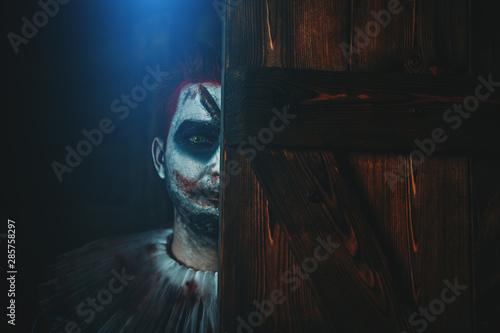 Photo joker bahind door
