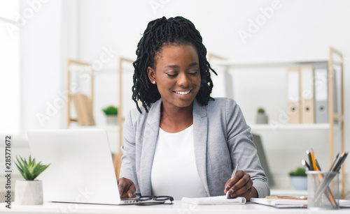 Fototapety, obrazy: African American Businesswoman Working On Laptop In Office