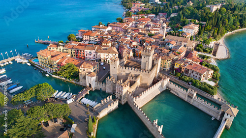 Fotografia Aerial view to the town of Sirmione, popular travel destination on Lake Garda in