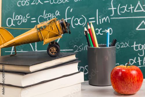 The desk in front of the blackboard Slika na platnu