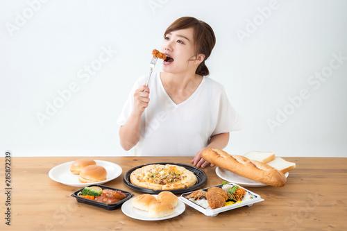 食べる女性 Fototapeta