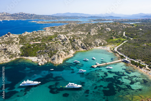 Photo View from above, stunning aerial view of the Maddalena archipelago in Sardinia with beautiful bays of turquoise sea