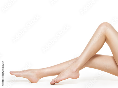 Cuadros en Lienzo Beautiful female legs  isolated on white