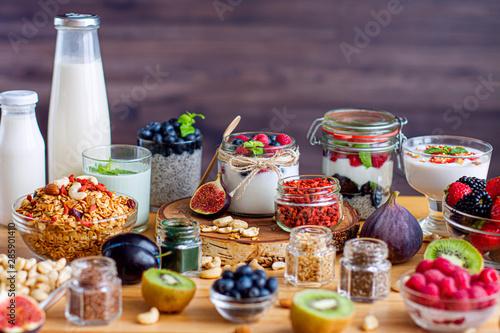 Pinturas sobre lienzo  Organic natural yogurts with blueberry, raspberries, goji berries and nuts