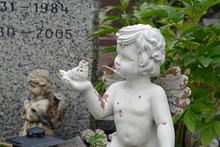 Friedhof, Grabengelchen Mit Vo...
