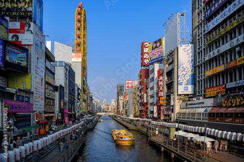 Naklejka premium Słynny kanał Dotonbori i dzielnica handlowa Namba, Osaka, Japanin
