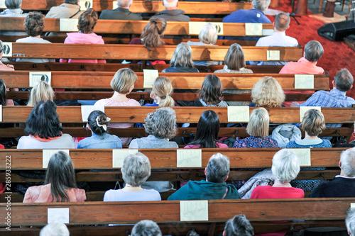Fotografiet Draufsicht auf eine christliche Gemeinde bei einem Gottesdienst oder Konzert in