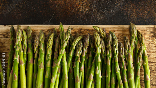Photo Freshly picked organic asparagus tips on wooden board