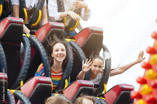 Photo Young friends on roller coaster ride.
