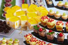 Różnokolorowe Ciastka , Ciasteczka I Torciki Prezentowane Na Pokazach Cukierniczych