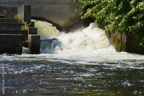 Fotografiet Tosende Wassermassen am Stauwehr