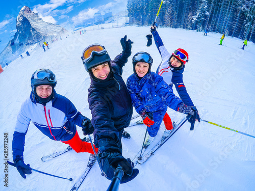 mata magnetyczna Ski, winter, snow - family enjoying winter vacation