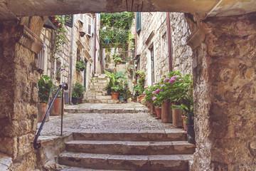 Śródziemnomorski letni pejzaż miejski - widok średniowiecznej ulicy ze schodami na Starym Mieście w Dubrowniku na wybrzeżu Morza Adriatyckiego w Chorwacji