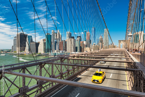 Foto op Aluminium New York TAXI Yellow taxi on the Brooklyn Bridge, New York
