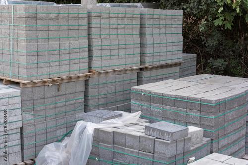 Lagerung von mehreren Paletten voller Pflastersteine beim Wegebau Canvas Print