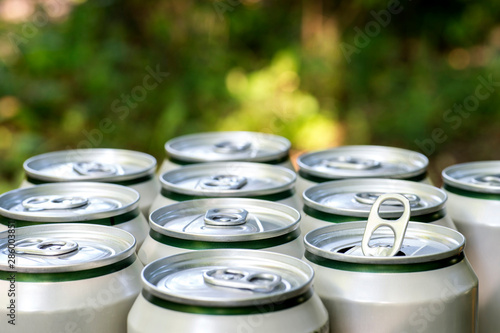 Photo  Open close-up of an aluminum can of beer on the background of a group of closed