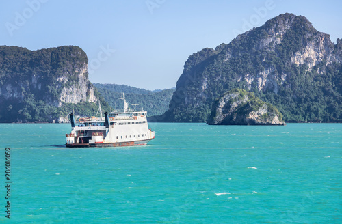 Fotografía  Large ferryboat carrying passengers and cars crossing in blue sea  between Samui island and Surat Thani province, Thailand cargo logistics transportation delivery concept
