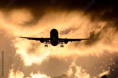 Tuinposter Vliegtuig Silhouette airplane flying