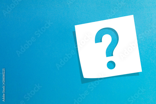 Fotomural  Note paper with question mark on blue background