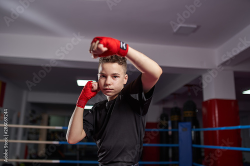 mata magnetyczna Fighter shadow boxing in the ring