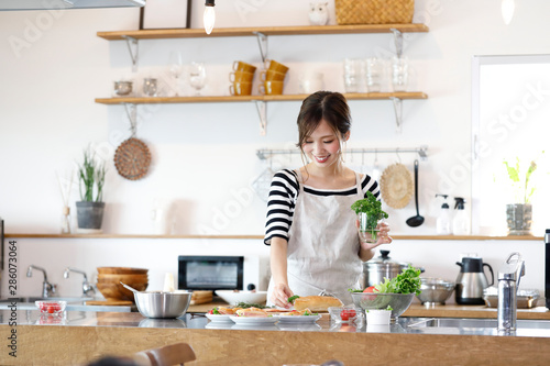 Fototapeta キッチンの若い主婦 obraz