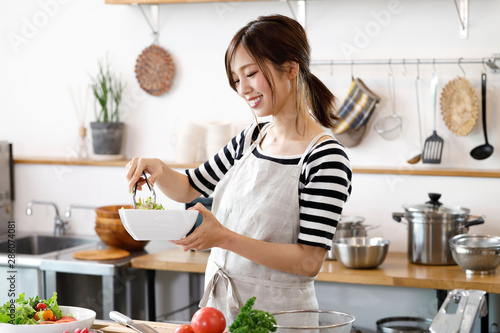 キッチンの若い主婦 - 286074081