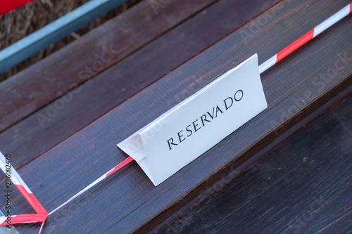 Cartel de reservado en unas grada de madera. Canvas Print