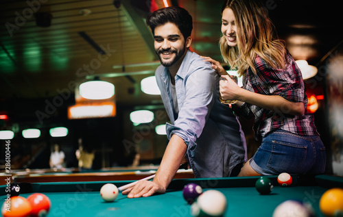 Tableau sur Toile Couple drinking beer and playing snooker on date