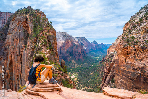 Photo A young woman on top of the trekking of the Angels Landing Trail in Zion National Park, Utah