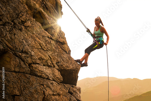 Photo Beautiful Woman Climbing on the Rock at Foggy Sunset in the Mountains