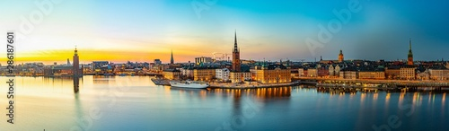 Photo Sunset view of Town hall and Gamla stan in Stockholm viewed from Sodermalm islan
