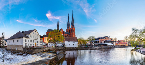 Photo Sunset view of white building of Uppland museum and cathedral in Uppsala, Sweden