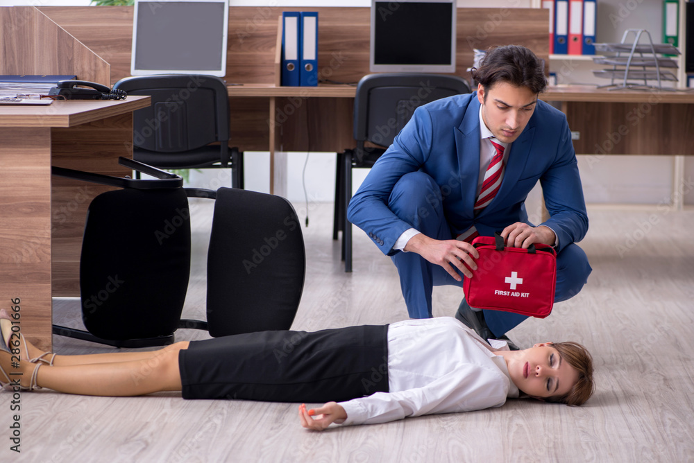 Fototapety, obrazy: Young employee suffering in the office