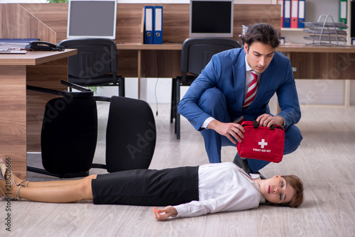 Obraz Young employee suffering in the office - fototapety do salonu