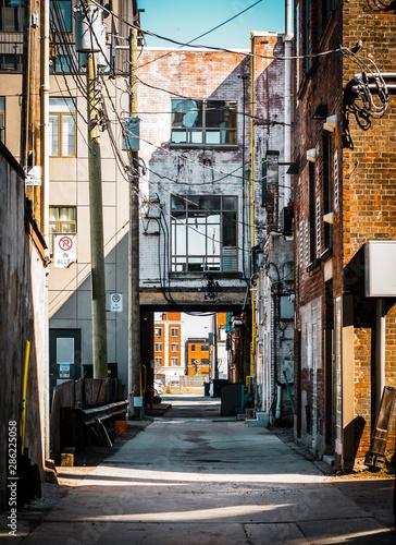 Fototapeten Schmale Gasse downtown alley in hamilton