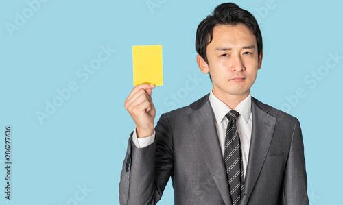 Fotomural イエローカードを見せる男性