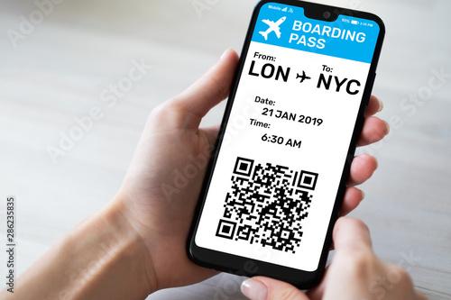 Cuadros en Lienzo Flight Boarding pass on mobile phone screen