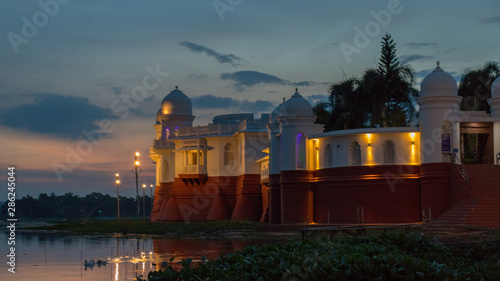 Photo  Beautiful light effect after sunset at red and white lake Palace with beautiful
