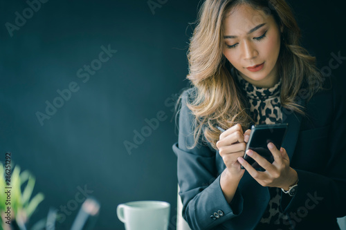 Fotomural  Portrait of beautiful smiling young  entrepreneur businesswoman working in modern work station