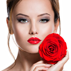 Panel Szklany Do salonu kosmetycznego Closeup face of beautiful woman with red rose bright makeup