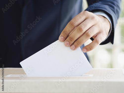 Obraz na plátně  Man putting an empty ballot in election box
