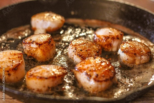 Canvastavla Selective Focus closeup of perfectly seared fresh sea scallops in butter and cra