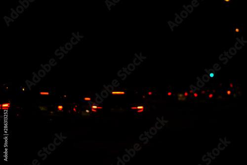 Photo  Abstrakte und unscharfe Lichtkreise von Bremslichtern und Nachtbeleuchtung in der Nacht