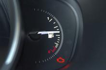 Un Dettaglio Del Cruscotto Dell'auto, L'indicatore Del Carburante.