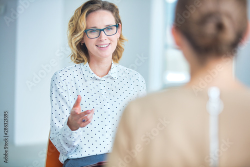 Businesswoman brainstorming colleagues at new office Tableau sur Toile